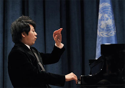 Lang Lang performing F. Chopins first Waltz at the UN ceremony.